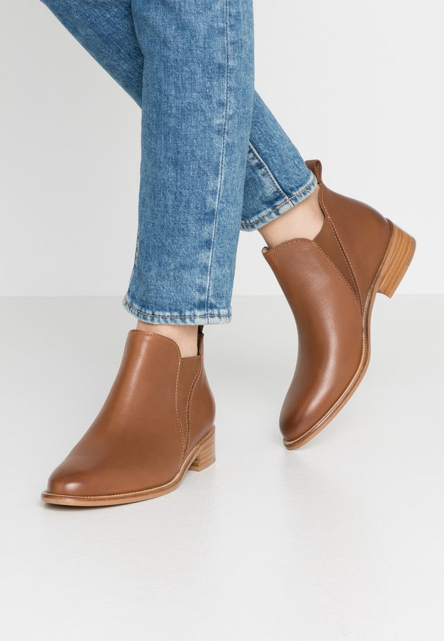 Kotníkové boty - walnut