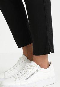 Marc O'Polo - PANTS FIT LAXA CASUAL - Kalhoty - black - 4