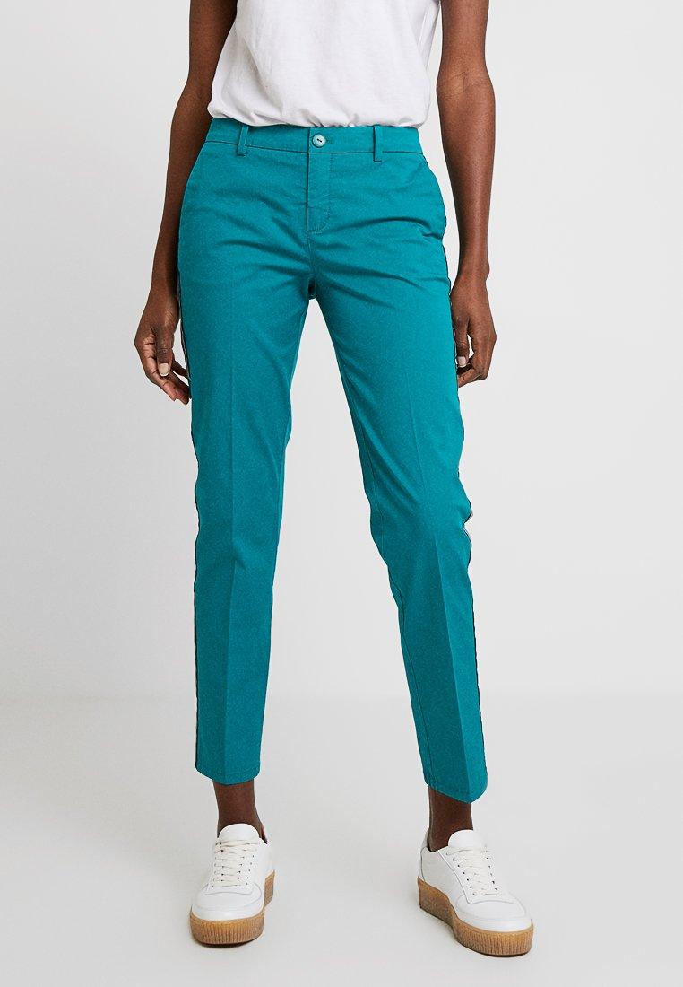 Marc O'Polo - PANTS FRÖVI SIDE STRIP - Pantalones chinos - dark emerald