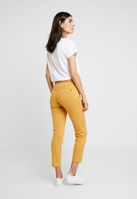 Marc O'Polo - 5 POCKET MID WAIST LEG CROP - Jeans slim fit - amber wheat - 3