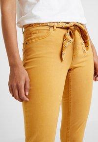 Marc O'Polo - 5 POCKET MID WAIST LEG CROP - Jeans slim fit - amber wheat - 4