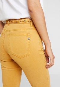 Marc O'Polo - 5 POCKET MID WAIST LEG CROP - Jeans slim fit - amber wheat - 6