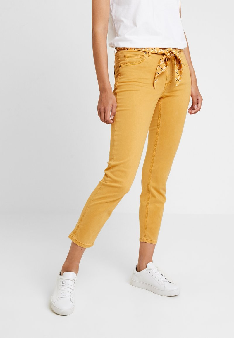 Marc O'Polo - 5 POCKET MID WAIST LEG CROP - Stoffhose - amber wheat