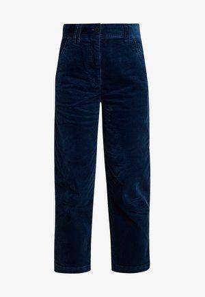 PANTS NEVRE FIT MEDIUM RISE - Tygbyxor - dusty blue