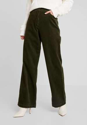 PANTS BARA WIDE LEG HIGH RISE FLAP POCKETS - Pantalon classique - farmland green