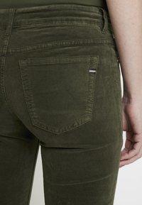 Marc O'Polo - POCKET MID WAIST SLIM LEG REGULAR LENGTH - Bukser - workers olive - 6