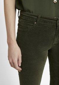 Marc O'Polo - POCKET MID WAIST SLIM LEG REGULAR LENGTH - Bukser - workers olive - 4