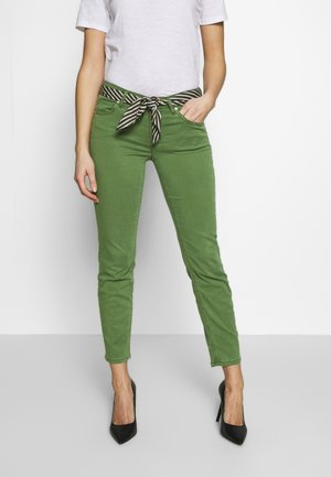 5 POCKET MID WAIST SLIM LEG CROPPED LENGTH BELT SCARF - Chino kalhoty - seaweed green