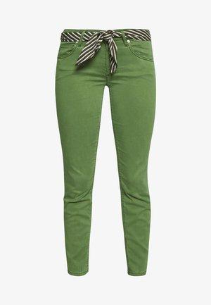 5 POCKET MID WAIST SLIM LEG CROPPED LENGTH BELT SCARF - Chino kalhoty - seaweed green
