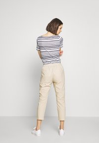 Marc O'Polo - PANTS MEDIUM WAIST TAPERED LEG DEEP CROTCH TAPE DETAIL - Trousers - feather grey - 2