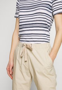Marc O'Polo - PANTS MEDIUM WAIST TAPERED LEG DEEP CROTCH TAPE DETAIL - Trousers - feather grey - 4