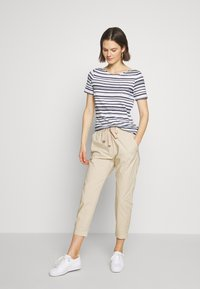 Marc O'Polo - PANTS MEDIUM WAIST TAPERED LEG DEEP CROTCH TAPE DETAIL - Trousers - feather grey - 1