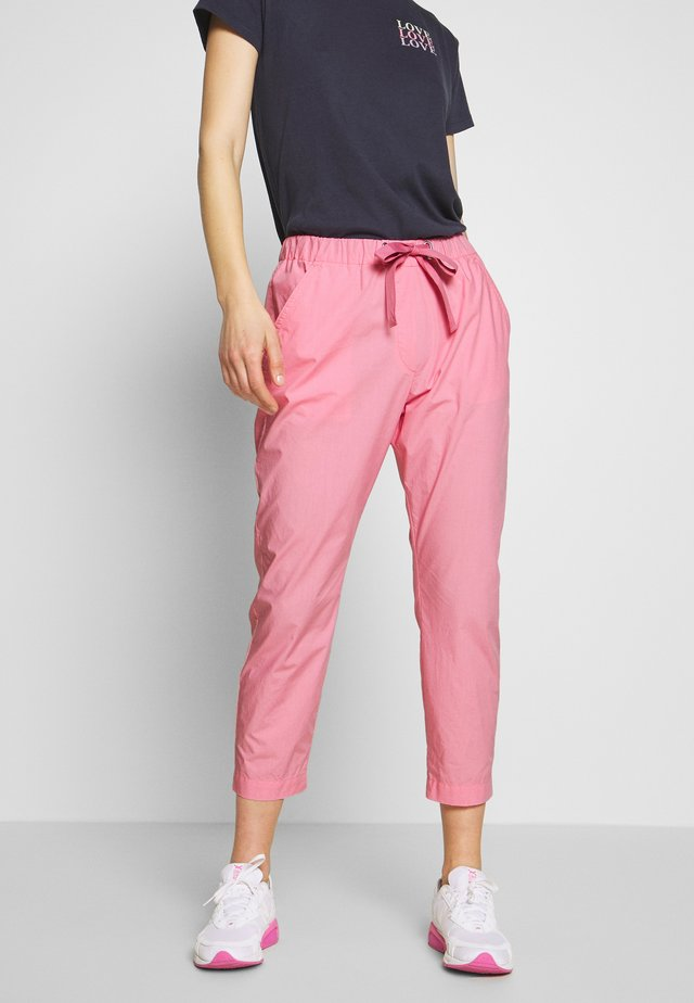 PANTS MEDIUM WAIST TAPERED LEG DEEP CROTCH TAPE DETAIL - Stoffhose - sunlit coral