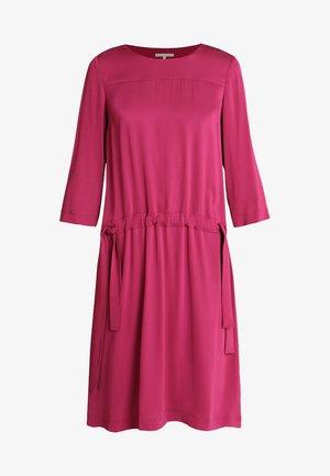 DRESS LOOSE SILHOUETTE GATHERED - Vestido informal - radiant raspberry