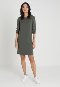 Marc O'Polo - HEAVY DRESSES - Pletené šaty - burnt olive - 0