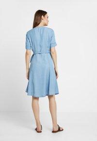 Marc O'Polo - DRESS WRAP STYLE WITH BELT - Denimové šaty - tencel denim - 3