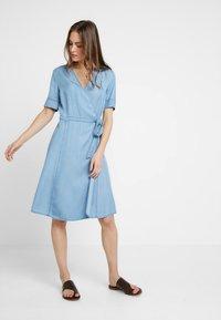 Marc O'Polo - DRESS WRAP STYLE WITH BELT - Denimové šaty - tencel denim - 0