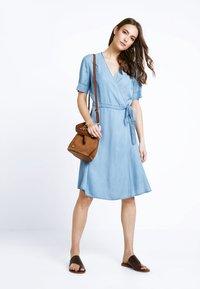 Marc O'Polo - DRESS WRAP STYLE WITH BELT - Denimové šaty - tencel denim - 2
