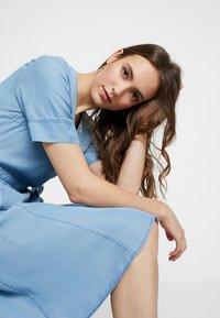 Marc O'Polo - DRESS WRAP STYLE WITH BELT - Denimové šaty - tencel denim - 4