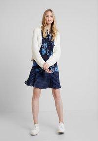 Marc O'Polo - DRESS LOOSE SHAPE BOW DETAIL                                                                                                                                                                            BOW DETAIL AT N - Košilové šaty - combo - 1
