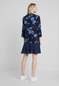 Marc O'Polo - DRESS LOOSE SHAPE BOW DETAIL                                                                                                                                                                            BOW DETAIL AT N - Košilové šaty - combo - 2