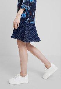 Marc O'Polo - DRESS LOOSE SHAPE BOW DETAIL                                                                                                                                                                            BOW DETAIL AT N - Košilové šaty - combo - 4