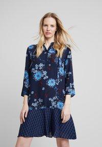 Marc O'Polo - DRESS LOOSE SHAPE BOW DETAIL                                                                                                                                                                            BOW DETAIL AT N - Košilové šaty - combo - 0