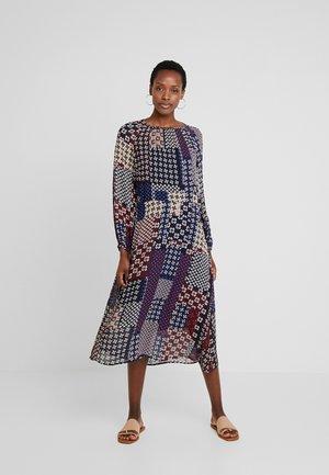 DRESS FEMININE SILHOUETTE - Denní šaty - combo