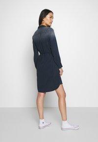 Marc O'Polo - DRESS OPEN KENT COLLAR BELT DETAIL - Denimové šaty - night sky - 2