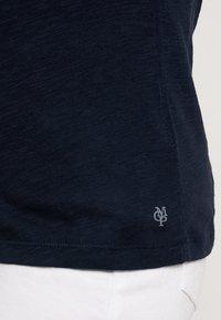 Marc O'Polo - SHORT SLEEVE BOAT NECK - T-shirts - manic midnight - 5
