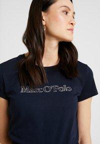 Marc O'Polo - SHORT SLEEVE ROUND NECK - Camiseta estampada - midnight blue - 5