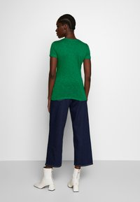 Marc O'Polo - TWISTED DEEP ROUND-NECK - Jednoduché triko - spring forest - 2