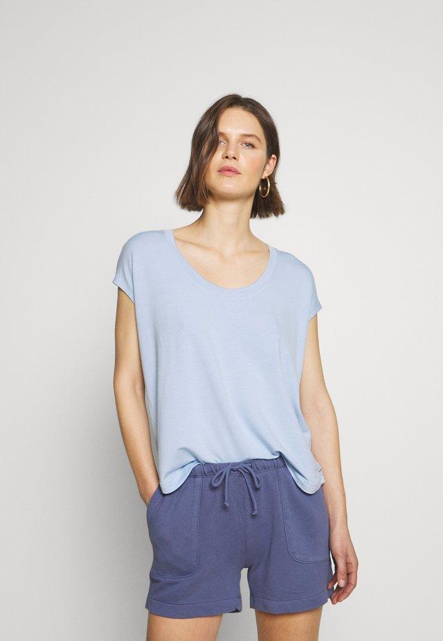 ROUND NECK ROUND HEM - Jednoduché triko - light blue
