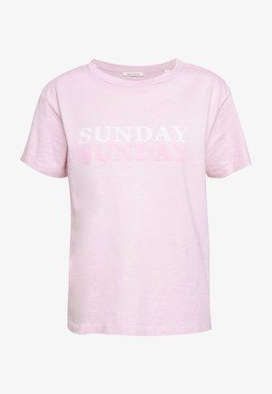 ROUND NECK - T-shirt z nadrukiem - bleached berry