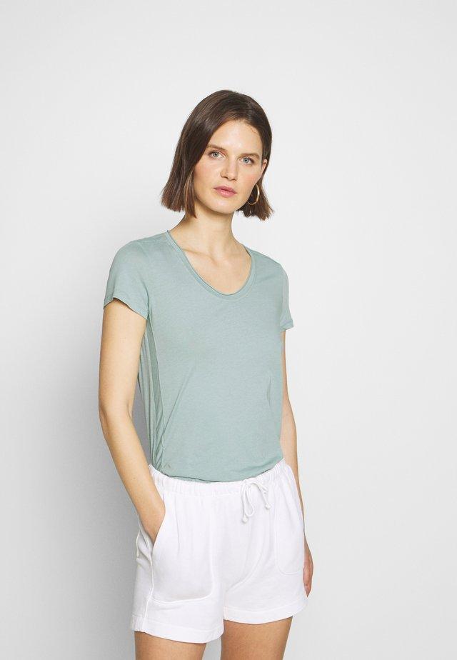 SHORT SLEEVE ROUNDED V-NECK RAW CUT DETAILS - T-shirts basic - misty spearmint