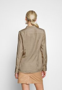 Marc O'Polo - BLOUSE LONG SLEEVE PATCHED POCKETS - Skjorte - swedish pine - 2