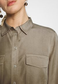 Marc O'Polo - BLOUSE LONG SLEEVE PATCHED POCKETS - Skjorte - swedish pine - 5