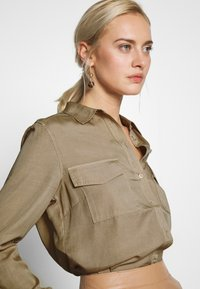 Marc O'Polo - BLOUSE LONG SLEEVE PATCHED POCKETS - Skjorte - swedish pine - 3