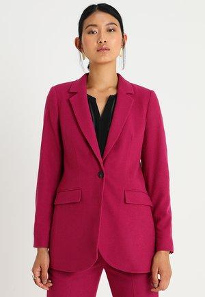 ELONGATED SILHOUETTE - Krótki płaszcz - radiant raspberry