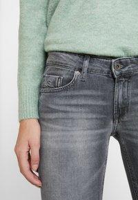 Marc O'Polo - TROUSER LOW WAIST - Slim fit jeans - dusty grey smoke wash - 3