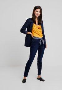 Marc O'Polo - TROUSER MID WAIST REGULAR LENGTH BELT SCARF - Jeans slim fit - blue black sea wash - 1