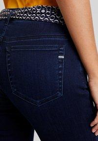 Marc O'Polo - TROUSER MID WAIST REGULAR LENGTH BELT SCARF - Jeans slim fit - blue black sea wash - 5
