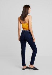 Marc O'Polo - TROUSER MID WAIST REGULAR LENGTH BELT SCARF - Jeans slim fit - blue black sea wash - 2