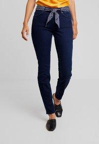 Marc O'Polo - TROUSER MID WAIST REGULAR LENGTH BELT SCARF - Jeans slim fit - blue black sea wash - 0