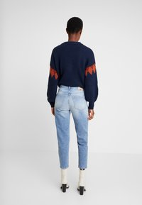 Marc O'Polo - TROUSER MOMS FIT HIGH WAIST CROPPED LENGTH - Relaxed fit jeans - salty bright vintage wash - 2