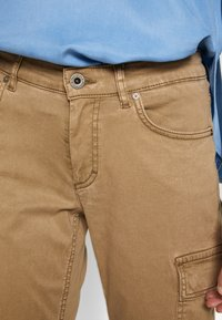 Marc O'Polo - POCKET CARGO STYLE MID WAIST SLIM LEG - Pantalon classique - mild tobacco - 5