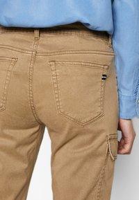 Marc O'Polo - POCKET CARGO STYLE MID WAIST SLIM LEG - Pantalon classique - mild tobacco - 3