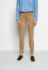 Marc O'Polo - POCKET CARGO STYLE MID WAIST SLIM LEG - Pantalon classique - mild tobacco - 0