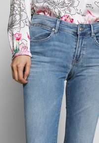 Marc O'Polo - TROUSER MID WAIST  - Slim fit jeans - light summer wash - 4