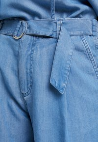 Marc O'Polo - PATCHED POCKETS - Jeansshorts - light blue denim - 5